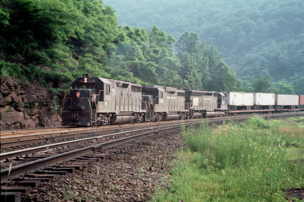 PRR_2315[GP35]_& others_Altoona,PA[Horseshoe Curve]_19000000_{00100732}